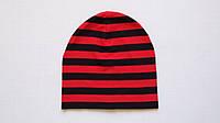 Демисезонная детская шапочка в красно-черную полоску