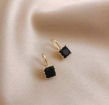 Женские золотистые серьги с черными камнями код 2134