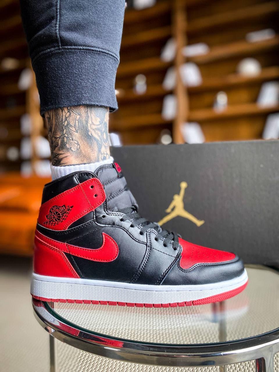 Мужские кроссовки Nike Air Jordan 1 Retro High (черно-красные с белым) К2271 повседневные кроссы