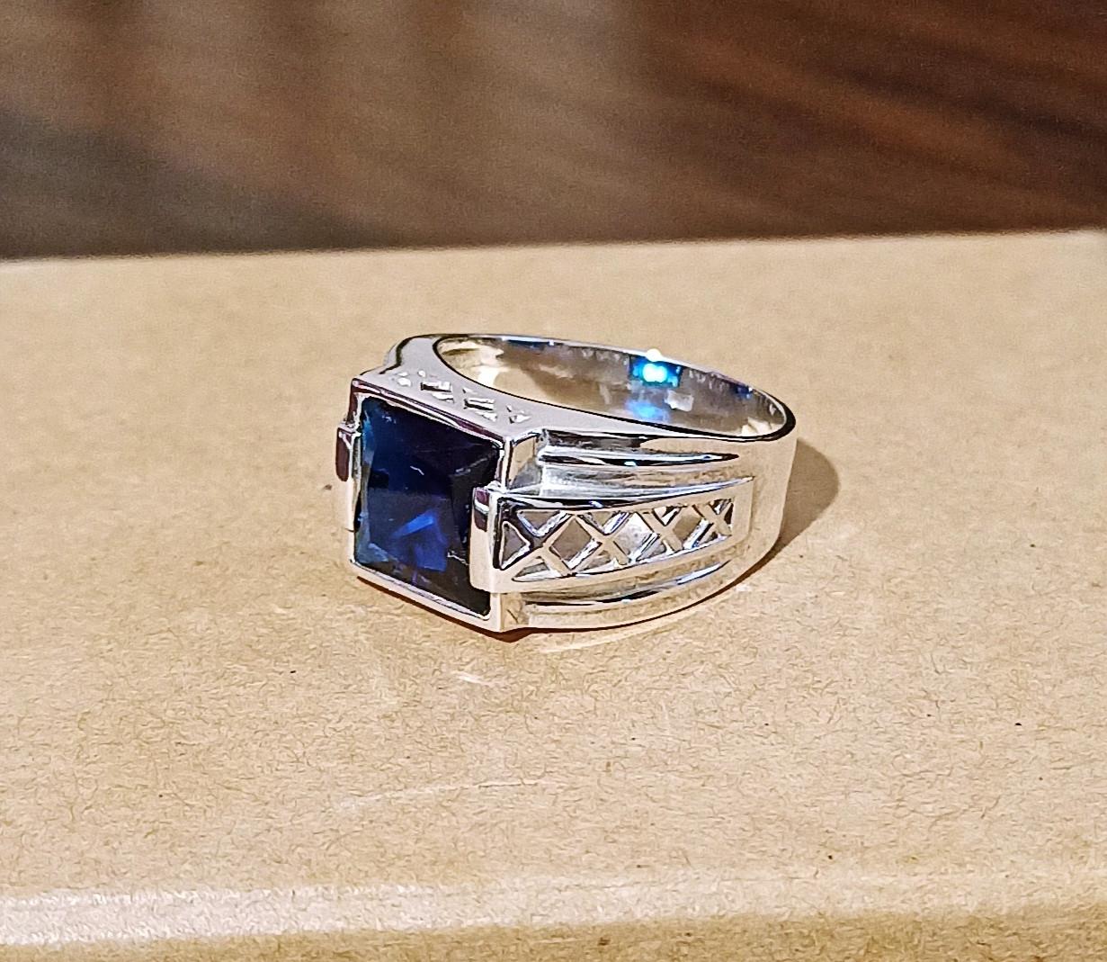 Серебряное мужское кольцо с синим камнем