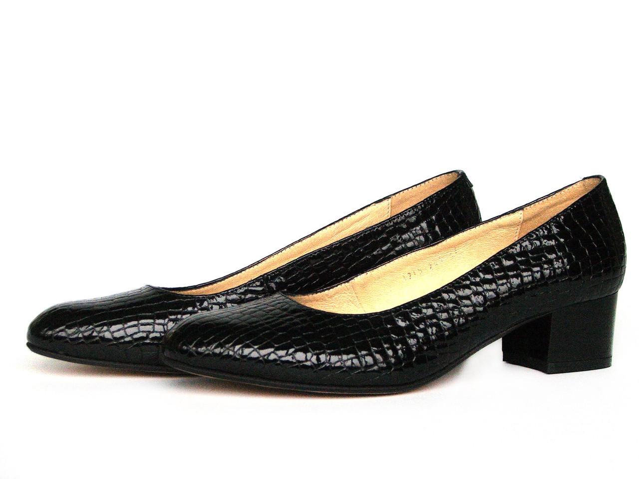 Туфли на широком каблуке с закругленными носками из фактурной кожи