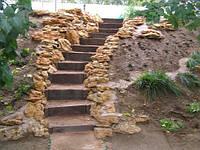 Лестница на двухуровневый участок. Озеленение.
