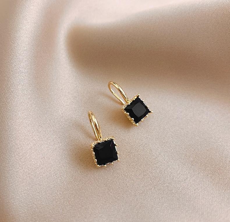 Жіночі золотисті сережки з чорними каменями код 2134