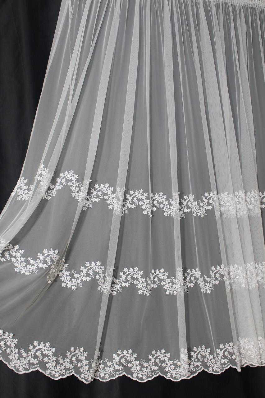 М'яка тюль-сітка грек з вишитим квітами і перлинками білого кольору