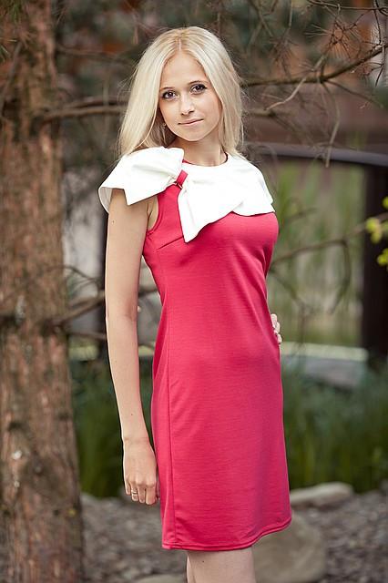 Молодежное платье трикотажное.Бантик алый.