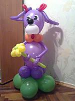 Собачка с бантиками и цветком из шариков