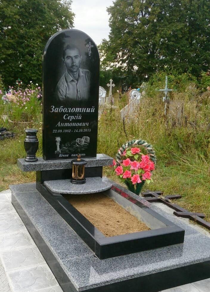 Памятник одинарный из черного и серого гранита