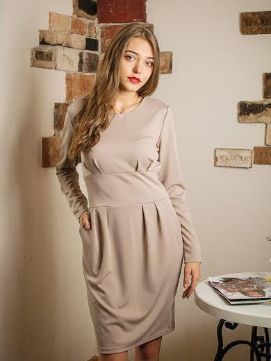 Стильное трикотажное платье Кортни беж.
