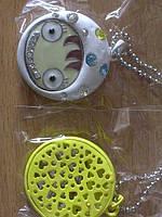 Медальон металлический с разноцветными камнями, белый, на длинной цепочке
