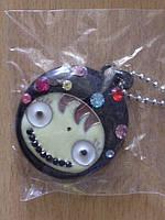 Медальон металлический с разноцветными камнями, на длинной цепочке