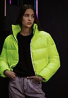 Женская укороченная демисезонная глянцевая куртка салатового цвета короткая дутая курточка