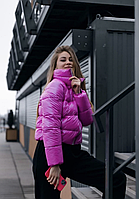 Женская укороченная демисезонная глянцевая куртка ярко-розового цвета короткая дутая курточка