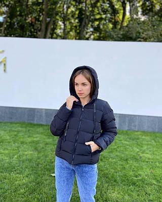 Короткая демисезонная черная женская куртка с капюшоном
