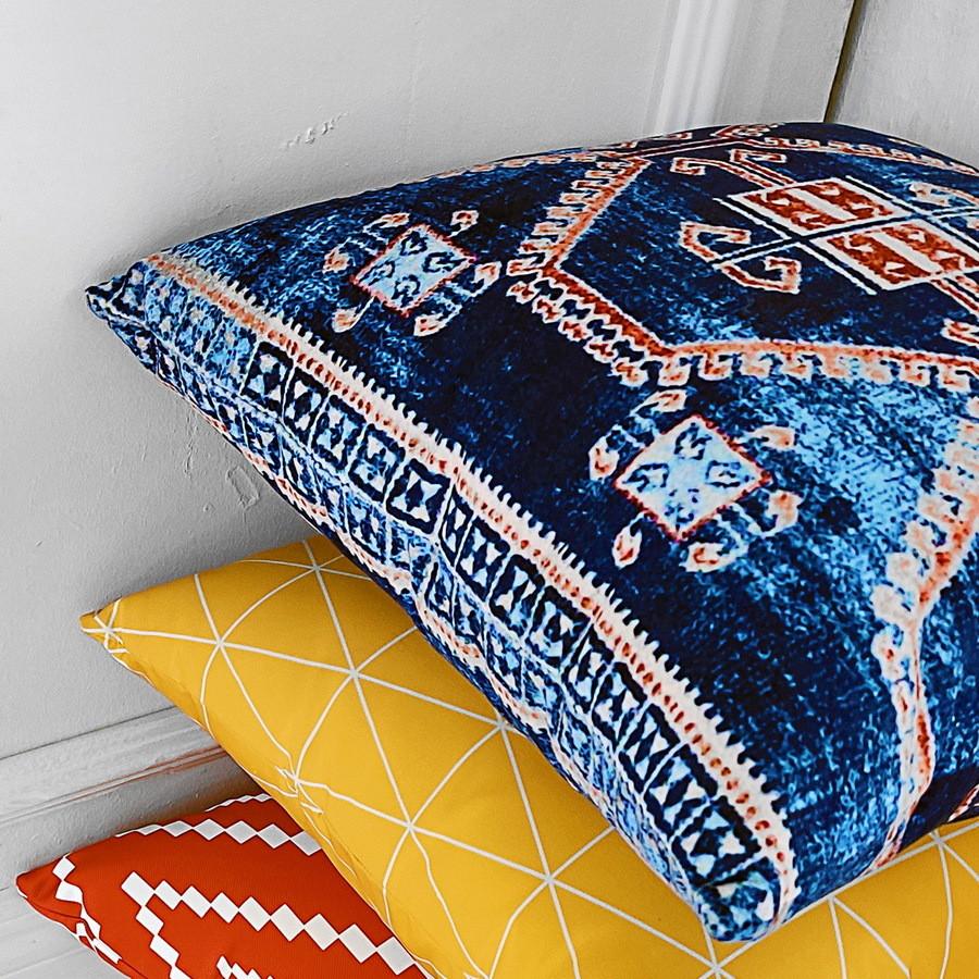 Подушка диванная с бархата Красно-белый орнамент на синем фоне 45x45 см (45BP_CASA007)