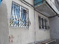 Решётки на окна с коваными элементами с покраской
