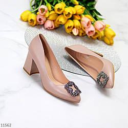 Нарядные бежевые замшевые женские туфли с декором на устойчивом каблуке 37-24 см