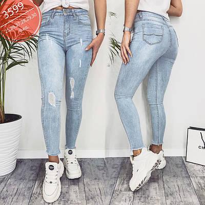 Светло голубые женские джинсы с потертостями