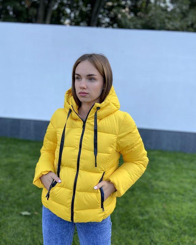 Коротка осіння жіноча жовта куртка з капюшоном