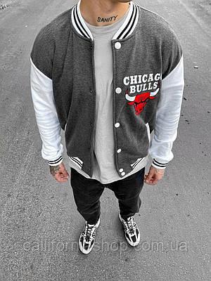 Мужской бомбер серый с белым Chicago Bulls Чикаго Буллз на кнопках