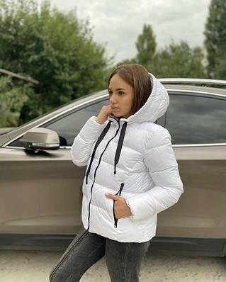 Белая демисезонная женская куртка с капюшоном