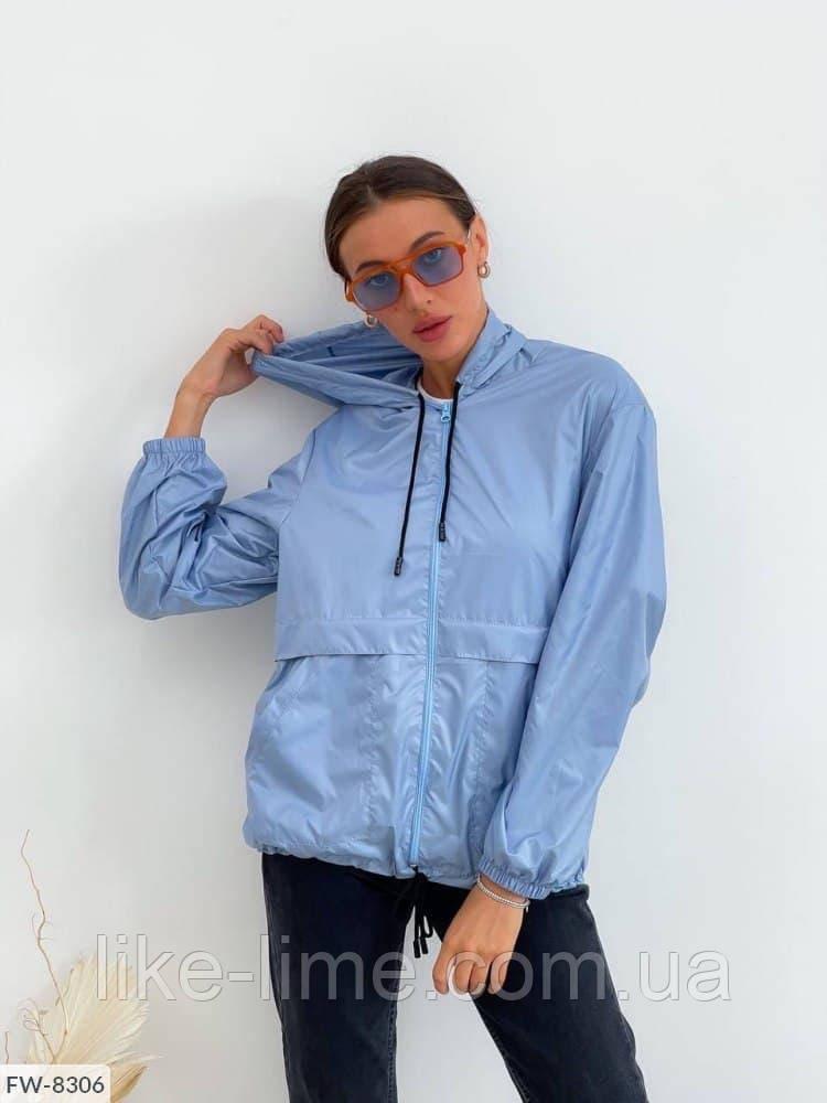 Модная женская куртка-ветровка на молнии с капюшоном