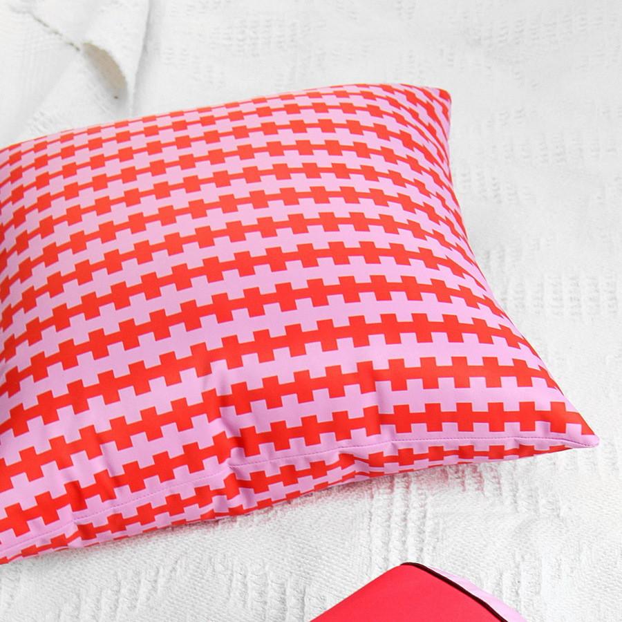Подушка декоративна шовкова Орнамент из красных и фиолетовых плюсов 45x45 см (45IS_ERA005)