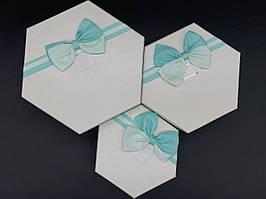 Коробка подарочная шестиугольник с бантиком. Три шт/комплект. Цвет бело-бирюзовый. 19х10см.