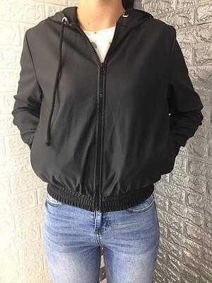 Женская куртка в спортивном стиле из эко-кожи