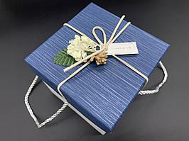 Коробка подарочная с цветочком и ручками. Цвет синий. 13х13х13см.