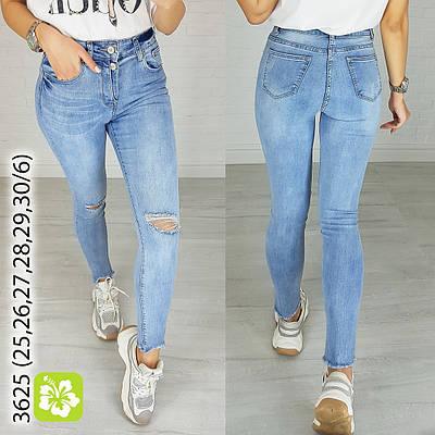 Светлые женские джинсы с разрезами на коленях
