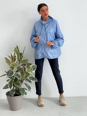Легкая голубая женская ветровка с капюшоном