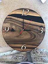 Настінний годинник з натурального дерева і епоксидної смоли з великими арабськими цифрами