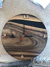 Настінний годинник з натурального дерева і епоксидної смоли з мілкими арабськими цифрами