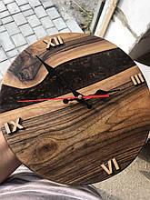 Настенные часы из натурального дерева и эпоксидной смолы с римскими цифрами
