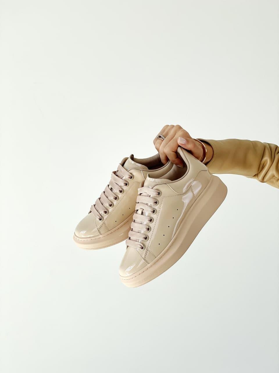 Женские кроссовки Alexander McQueen (Бежевые) J3147 красивая стильная бежевая лаковая обувь