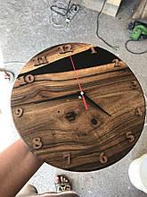 Настінний годинник з натурального дерева і епоксидної смоли з мілкими арабськими цифрами 1-12