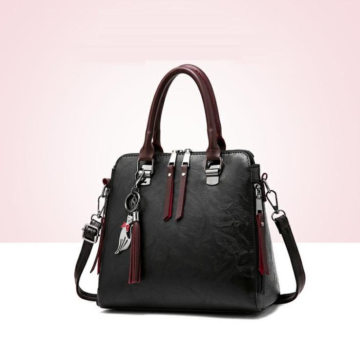 Стильна жіноча сумка з брелоком через плече. Містка сумка з еко шкіри