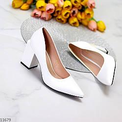 Элегантные женственные белые женские туфли на фигурном каблуке
