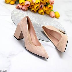 Элегантные женственные бежевые замшевые женские туфли на фигурном каблуке