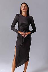 Чорне атласне плаття з розрізом