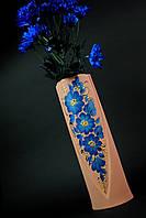 Розовая ваза украшена цветами