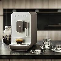 Автоматична кавоварка з капучинатором Smeg BCC02TPMEU сіро-коричневий матовий