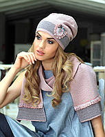 Тонкая шапка, украшенная шевроном, и шарф от Kamea - Aurora.
