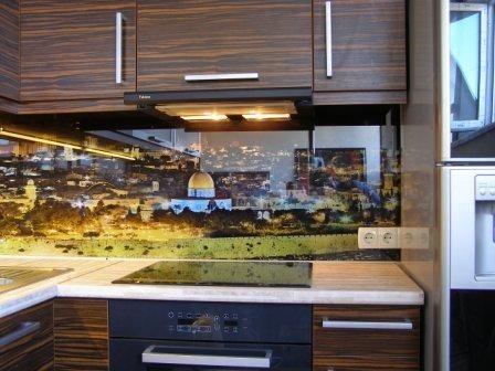 Рабочая стенка для кухни из стекла