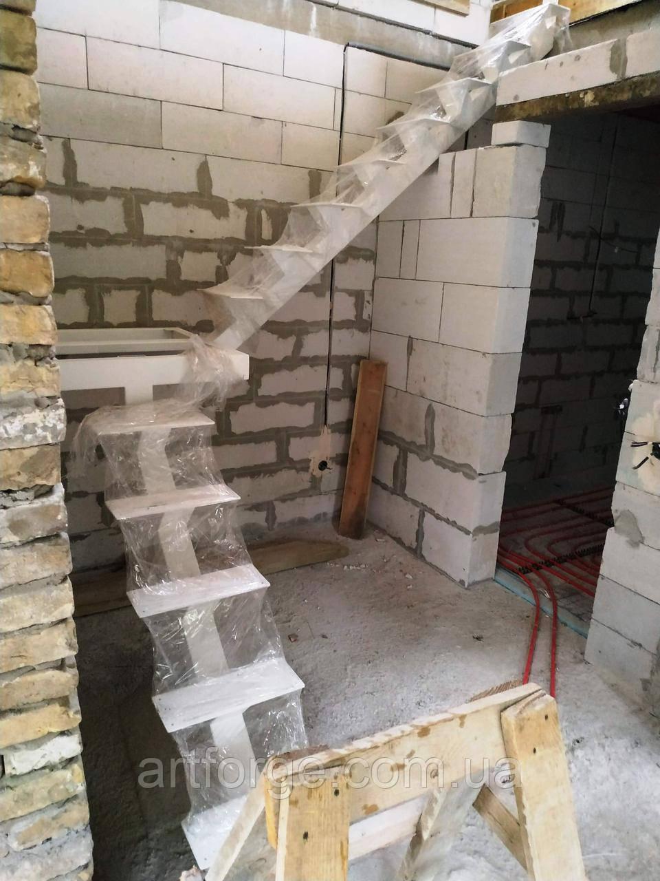 Металевий каркас сходів на центральній несучій. Монокосоур