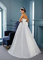 Свадебное платье, украшенное нежными розами и камнями