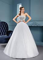 Модное свадебное платье с украшенным стразами корсетом
