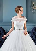 Изящное свадебное платье с роскошным поясом и спинкой-капелькой