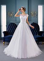 Нежное свадебное платье с аппликациями и шлейфом