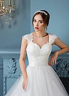 Роскошное свадебное платье, расшитое аппликациями